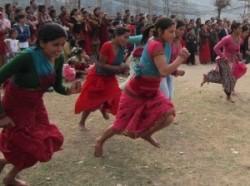 महिला दिवसका अवसरमा गुल्मीको तम्घासमा शुक्रबार आयोजित दौड प्रतियोगितामा सहभागी महिला । तस्विरः बिशाल भट्टराई