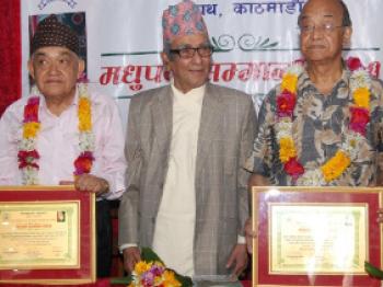 निबन्धकार डा. तारानाथ शर्मा र कवि तुलसी दिवसलाई 'मधुपर्क सम्मान–२०७१'